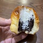 ペッパーズパントリー - モチモチのパンの中にふんわりホイップと極ウマの餡子(^^)