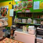 山口カリー - その他写真:店内は黄色✖️グリーンがPOPな雰囲気。日替わりメニューが嬉しい♡