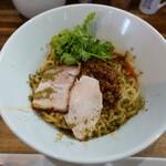 麺屋 一八 - 汁なし担担麵(880円)パクチー乗せの特別仕様