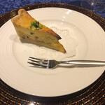 """149067393 - Amuse:ベーコン、玉葱、搨菜の菜の花のタルト                       →小林シェフが""""タルト""""とメニューに書かれているので、タルトとキッシュの違いをググりました(^^;;確かにこれはタルトですね!"""