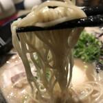 149069515 - 麺は極細平打ち麺。食べている途中でどんどん食感が変わるけんが、はよ食べり〜。
