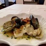 RISTORANTE REGA - 天然ヒラメのアクアパッツァ 大アサリにムール貝、ヒラメをソテーして白ワインやトマト、バジルにパセリとオリーブオイルで煮込んだスープ、大好きです♪ ケッパーにブラックオリーブがアクセントに効いています。