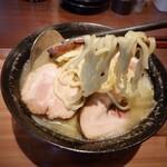 勝手串 花火 - ざく切りキャベツ炒めと太めの麺