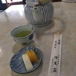 天丼 天ぷら 伊豆家 - 料理写真:お腹を空かせた私は妻の分まで漬物を食べる(//∇//)