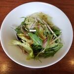 ブラッスリー舵 - サラダ別皿なので食べやすい。カトラリーにお箸もセットされてます。