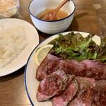 taishuuwagyuusakabakonroyashimofuriwagyuunabetokoubegyuuhorumonteppanyaki - ローストビーフ950円