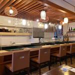うを治 - カウンターとテーブル席があります。昔ながらの落ち着いたお寿司屋さんです(о´∀`о)