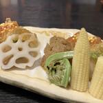 麻布永坂 更科本店 - 公魚(ワカサギ)砧巻き 焼き浸しにしたワカサギと胡瓜、青菜を大根で包み土佐酢とバルサミコジュレがけです。 ワカサギの苦味を、土佐酢とバルサミコの甘酸っぱさがまろやかに包んで良い味わいです。