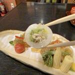 麻布永坂 更科本店 - 公魚(ワカサギ)砧巻き 砧巻きはこんな塩梅です。 大根の桂むきが厚めで、食感がシャキシャキとしてます。