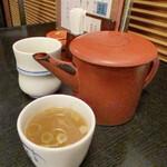 麻布永坂 更科本店 - 蕎麦湯はサラッとしています。 お茶は蕎麦茶でした。