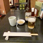 麻布永坂 更科本店 - 小瓶ビール お通しにつまみそば揚げが出ました。