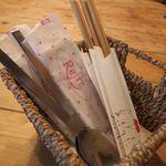 かほりや - テーブルの上にはスプーンと割り箸
