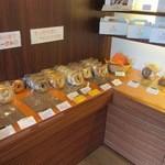 ルヴァン パストリー - 可愛らしい店内に入るとお店には丸いドーナッツ型のエンゼルデニッシュやベーグルが綺麗に並べてあります