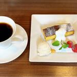 ウーノ ボーノ - 料理写真:柚子のケーキとコーヒー
