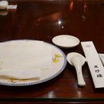 149142737 - テーブルにつくとショープレート、お箸などがセットされます。