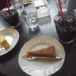 プチメゾン - アイシーとハーフケーキのマロンのタルトとベイクドチーズケーキでございます