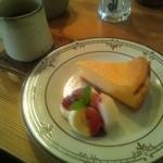 カフェ アラビカ - 食後のチーズケーキ&梨とバナナとミントの葉。  すべて美味しかったんだけど、ミントの葉のうまさに感動w