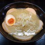 新月 - チャーシュー麺[鶏白湯/塩]+味玉半分