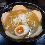 新月 - チャーシュー麺[魚介白湯/醤油]+味玉半分