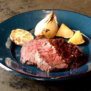 名物ローストビーフやステーキなどの肉料理をビールやワインと♪