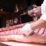 萬華 - 御客様の目の前でロース1本の解体を行い、新鮮なお肉を食して頂いています。