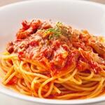 """厚切りベーコンとトロトロ玉葱をトマトソースで和えたスパゲッティ""""アマトリチャーナ"""""""