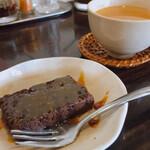 イーマサラ - スペシャルランチのケーキとホットチャイ