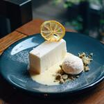 IVY PLACE - レアチーズケーキとレモンアングレーズソース トンカ豆とジャスミンクランブル