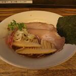 麺屋 一慶 - 料理写真:醤油ラーメン(830円、斜め上から)
