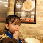 地球の中華そば - 麺を手掴みで堪能する我が子