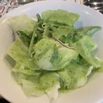 149251015 - 冷え冷えで提供されるグリーンサラダ