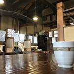 利静庵 甚五郎 - アクリル板で個席化されたセンターテーブル(写真奥)と以前から割合ゆったりとした小上がり席(写真手前)