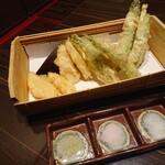 日本酒×和創作料理 香酒 鞘 - 竹の子と旬野菜の天婦羅盛り 800円(税込)