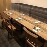 日本酒バー オール・ザット・ジャズ - 飛沫防止対策中のテーブル席