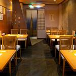 鮨丸 - 2Fテーブル席。3~4名のお客様にちょうどよいお席です