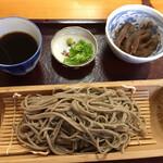 Kounakasoba - 付け合わせは、コンニャクとごぼうのたき物