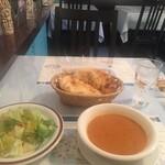 トルコアズ - 最初にピタパン、レタスサラダ、豆とトマトのスープ