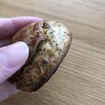 手作りパン屋のTERUO - 紅茶のスコーン。サクサク感はなくてパンだなって感じ。アールグレイのいい香りが広がる。中にりんご?のジャムが入ってるのがいい。