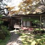 武井旅館 - 萱葺き屋根のお座敷でゆっくりとお蕎麦を味わっていただけます。