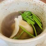 クロモリ - ① 上湯(豚肉、金華ハム、干し舞茸+牛蒡)のスープ、セリの水餃子