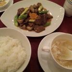 14934938 - 牛肉のオイスターソース炒めとご飯にスープ