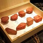 149353460 - 石窯焼きする和牛の8種類の肉