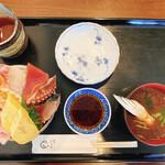 寿司いしだ - 料理写真:ランチメニューの海鮮丼、赤だし付き!