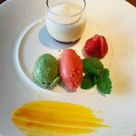 レストラン 中台 - 緑が大葉で赤がいちごのアイス