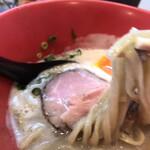 おいらのらーめん ピノキオ - 麺は中太ちぢれ。食べ応えあり。