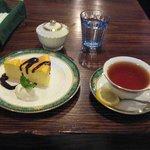 コンブリオ - ケーキセット ¥700  写真はチーズケーキ&紅茶