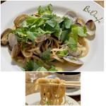 BiOcafe - 玄米生パスタ アサリと春大葉のオイルソース  玄米パスタがモチモチとして良い食感、オイリーで食べ易いです。 味はやはりお米、甘みが感じられます。 アサリもしっかりとした身の入りで量としても満足度高め。