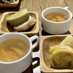 BiOcafe - ヴィーガンスープ お代わり自由。  自家製ベーグルをカットしたパン お代わり自由。 ベーグルは店頭で販売もしています。