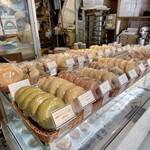 BiOcafe - 自家製のベーグルは種類も豊富に販売されています。