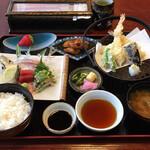浜名湖の味 大むら屋 - 料理写真:地元の新鮮な魚の活き造りのついたおかめ定食B